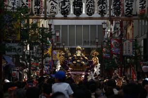 三社祭の提灯とお神輿の写真素材 [FYI03418778]