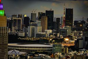 東京都庁の展望台から見える新宿の都市風景と夕景の写真素材 [FYI03418794]