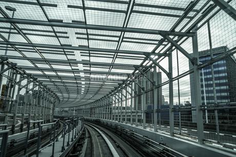 ゆりかもめ東京臨海新交通臨海線から見えるレインボーブリッジの写真素材 [FYI03418821]