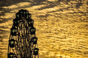 観覧車と夕暮れの空の写真素材 [FYI03418836]