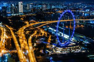 マリーナ・ベイ・サンズ展望台からの夜景(シンガポール)の写真素材 [FYI03418883]