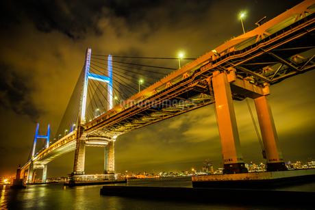 夜の横浜ベイブリッジ(大黒ふ頭から撮影)の写真素材 [FYI03418958]