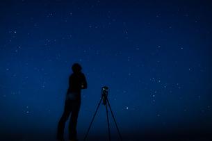星空を撮影する男性の写真素材 [FYI03418983]