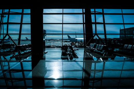 北京国際空港の待合室とシルエットの写真素材 [FYI03418987]
