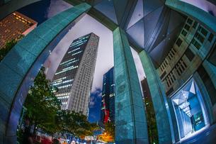 東京新宿の高層ビル群の夜景の写真素材 [FYI03418994]