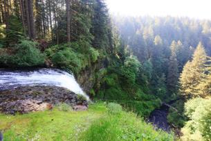 山の上から水が落ちて滝になる場所の写真素材 [FYI03419052]