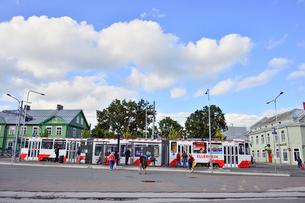 エストニア・タリン旧市街はずれにあるバルト駅のトラムから乗り降りする乗客・旧市街は世界遺産の写真素材 [FYI03419200]