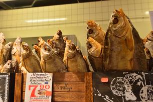 エストニア・タリン旧市街はずれにあるバルト市場(近年リノベーションされました)の魚売り場に並ぶ魚の干物・旧市街は世界遺産の写真素材 [FYI03419210]