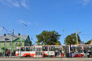 エストニア・タリン世界遺産の旧市街のはずれにあるバルト駅に着いたトラムから乗り降りする乗客・旧市街は世界遺産の写真素材 [FYI03419228]