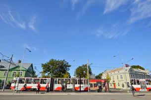 エストニア・タリン世界遺産の旧市街のはずれにあるバルト駅に着いたトラムから乗り降りする乗客・旧市街は世界遺産の写真素材 [FYI03419230]