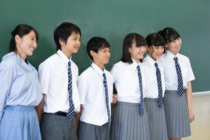 黒板の前に並ぶ中学生と先生の写真素材 [FYI03419256]