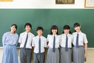 黒板の前に並ぶ中学生と先生の写真素材 [FYI03419257]