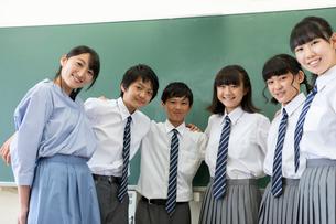 黒板の前に並ぶ中学生と先生の写真素材 [FYI03419258]