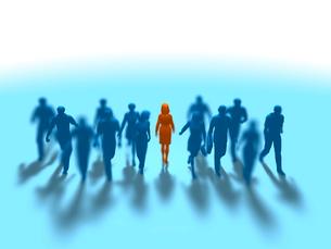 進む集団をよそに立ち止まる1人の赤い女性のイラスト素材 [FYI03419279]