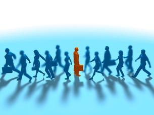 進む集団をよそに立ち止まる1人の赤いビジネスマンのイラスト素材 [FYI03419280]