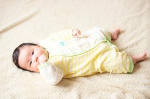 指しゃぶりしながら見つめるの赤ちゃんの写真素材 [FYI03419287]