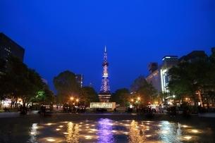 札幌 夜の大通公園の写真素材 [FYI03419318]