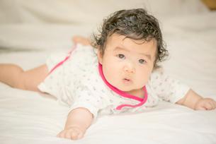 見つめる赤ちゃんの写真素材 [FYI03419377]