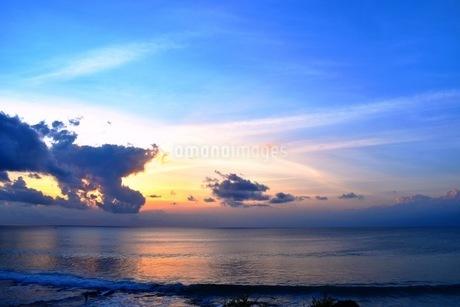 夕焼けの海と雲と空の写真素材 [FYI03419383]