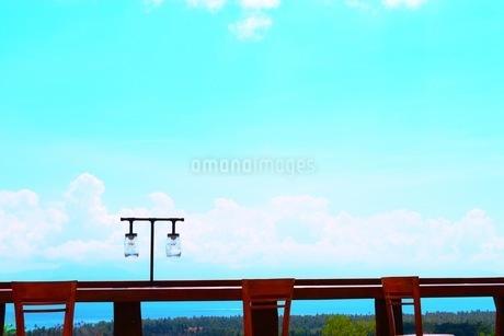 空とテーブルの写真素材 [FYI03419385]
