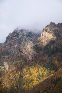 層雲峡の紅葉と雪の写真素材 [FYI03419405]