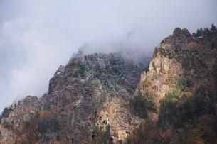 層雲峡の紅葉と雪の写真素材 [FYI03419406]