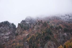 層雲峡の紅葉と雪の写真素材 [FYI03419407]