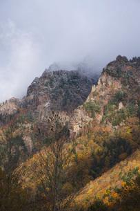 層雲峡の紅葉と雪の写真素材 [FYI03419408]