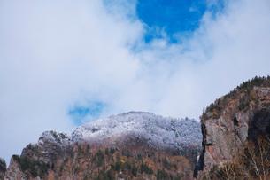 層雲峡の紅葉と雪の写真素材 [FYI03419411]