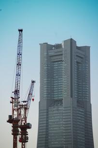 高層ビルとクレーンの写真素材 [FYI03419642]