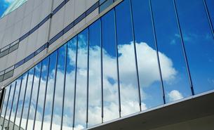 ビルの窓ガラスに映る青空の写真素材 [FYI03419649]