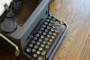 机の上の古いタイプライターの写真素材 [FYI03419684]