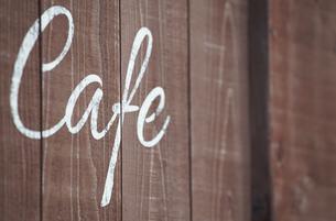 店の壁のカフェの文字の写真素材 [FYI03419729]
