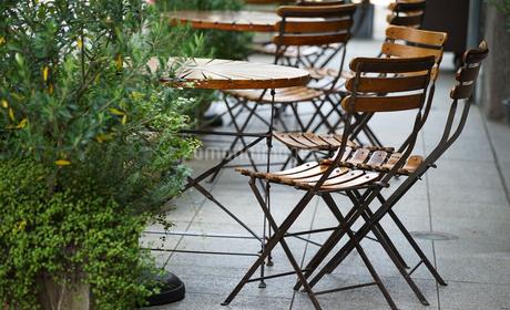 テラスのテーブルと椅子の写真素材 [FYI03419740]