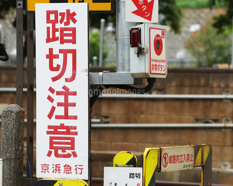 鉄道の踏み切りの写真素材 [FYI03419759]