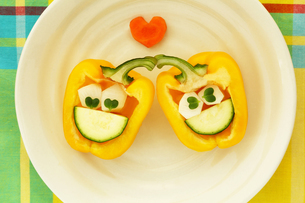 パプリカとズッキーニと大根とカイワレで作った可愛い顔の恋するカップルの写真素材 [FYI03419919]