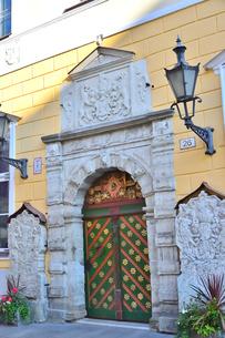 エストニア・タリンの世界遺産の旧市街の扉にライオンの飾りがあるカラフルで中世の雰囲気がある建物の景観・旧市街は世界遺産の写真素材 [FYI03419936]
