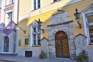 エストニア・タリンの世界遺産の旧市街の扉にライオンの飾りがあるカラフルで中世の雰囲気がある建物の景観・旧市街は世界遺産の写真素材 [FYI03419937]
