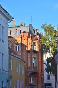 エストニア・タリンの世界遺産の旧市街にある中世風な建物・旧市街は世界遺産の写真素材 [FYI03419942]