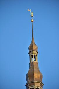 エストニア・タリンの世界遺産の旧市街にある旧市庁舎の尖塔についている1530年に作られたタリンのシンボル的な衛兵のトーマスじいさんの像(実物は他の場所に保管されています)・旧市街は世界遺産の写真素材 [FYI03419975]