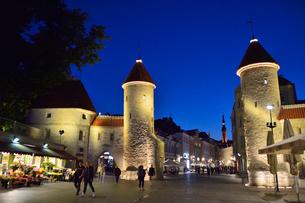 エストニア・タリン世界遺産の旧市街と新市街の間にあるヴィル門と旧市庁舎の尖塔・旧市街は世界遺産の写真素材 [FYI03419988]