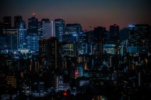 文京シビックセンターからの夕景(新宿方面)の写真素材 [FYI03420015]