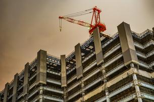 横浜・みなとみらいの高層ビル建設現場の写真素材 [FYI03420072]