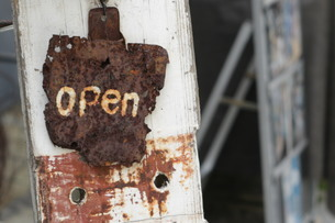 錆びたOPEN看板の写真素材 [FYI03420116]