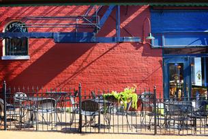 レンガの建物と青い窓のレストランの写真素材 [FYI03420126]