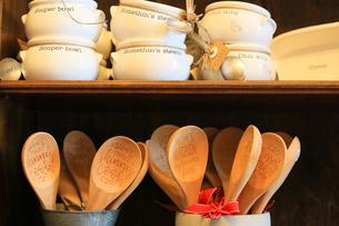 棚に置いてある木のスプーンとスープボウルの写真素材 [FYI03420132]