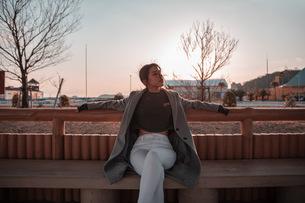 ベンチで待ち合わせの写真素材 [FYI03420602]