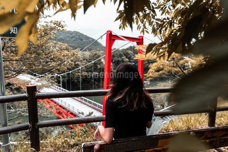 girl with red bridgeの写真素材 [FYI03420630]