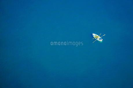 地中海に浮かぶボートの写真素材 [FYI03420672]