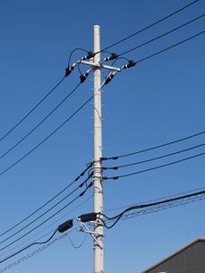 住宅街の送電線の写真素材 [FYI03420736]